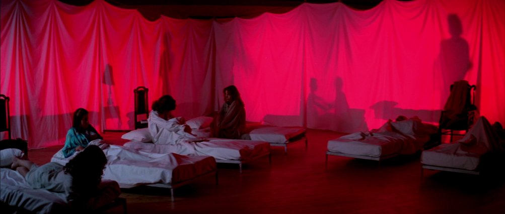 Le allieve di Suspiria riunite in una sala-dormitorio di fortuna