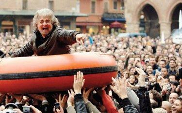 Beppe Grillo galleggia sulla folla