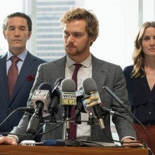 Iron Fist: Finn Jnoes parla ai media in una scena