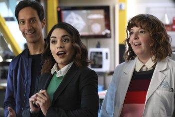 Powerless: Danny Pudi, Vanessa Hudgens e Jenni Pierson in una foto del primo episodio