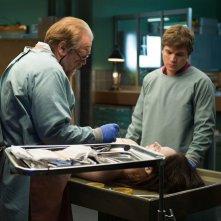 Autopsy: Emile Hirsch, Brian Cox e Olwen Catherine Kelly in una scena del film