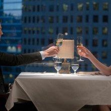 Cinquanta sfumature di nero: Christian e Anastasia brindano in una foto del film