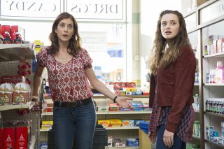 13 Reasons Why: Katherine Langford e Kate Walsh in una foto della serie