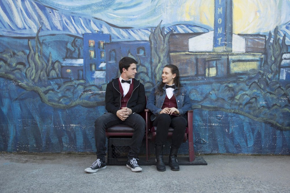 13 Reasons Why: Dylan Minnette e Katherine Langford in una foto della serie