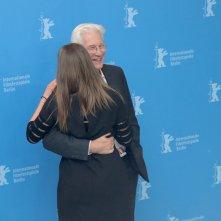 Berlino 2017: Richard Gere scherza con un addetta stampa al photocall di The Dinner