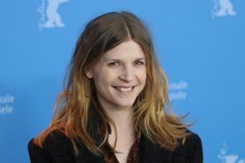 Berlino 2017: una sorridente Clémence Poésy al photocall di Final Portrait
