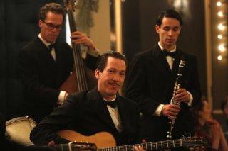 Django: Reda Kateb in una scena del film con i suoi musicisti