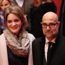 Berlino 2017: Stanley Tucci davanti ai fotografi sul red carpet di Final Portrait