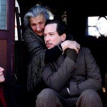 Django: Reda Kateb in una scena del film con la moglie e la madre