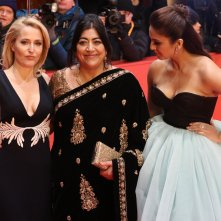 Berlino 2017: Gurinder Chadha, Gillian Anderson e  Huma Qureshi sul red carpet di Viceroy's House