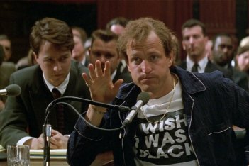 Larry Flynt - Oltre lo scandalo: Woody Harrelson ed Edward Norton in una scena del film