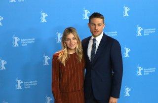 Berlino 2017: Sienna Miller e Charlie Hunnam al photocall di Z - la città perduta