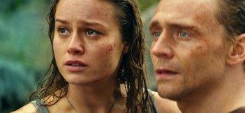 Kong: Skull Island, Brie Larson e Tom Hiddleston in una scena del film