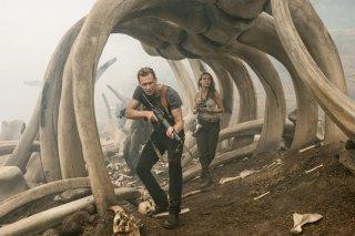 Kong: Skull Island, Brie Larson e Tom Hiddleston in un momento del film