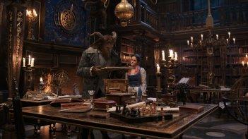 La Bella e la Bestia: Dan Stevens ed Emma Watson in una foto del film