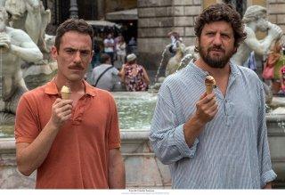 Questione di karma: Elio Germano e Fabio De Luigi in un momento del film