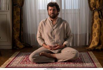 Questione di karma: Fabio De Luigi in un momento del film