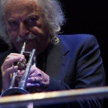 Enrico Rava. Note necessarie: Rava suona la tromba in un momento del documentario
