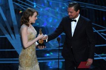 Oscar 2017: Emma Stone riceve il premio da Leonardo DiCaprio