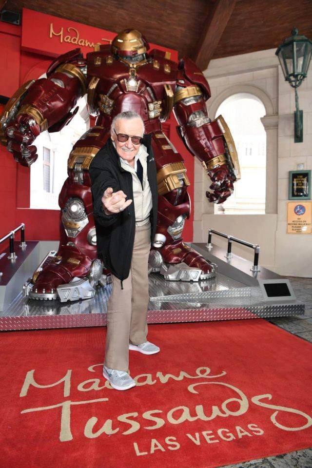 Stan Lee con l'Hulkbuster svelato da Madame Tussauds