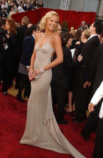 Charlize Theron alla cerimonia degli Oscar del 2004