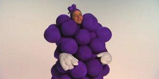 Matt Damon travestito da grappolo d'uva per uno sketch