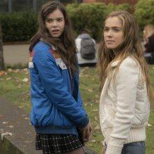 17 anni (e come uscirne vivi): Hailee Steinfeld e Haley Lu Richardson in una scena del film
