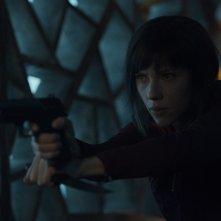 Ghost in the Shell: Scarlett Johansson con una pistola in una scena del film