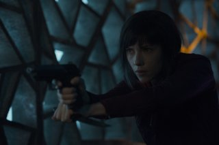 Ghost in the Shell: Scarlett Johansson con una pistola in una scena del film