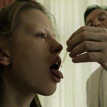 La cura dal benessere: Jason Isaacs e Mia Goth in una scena del film