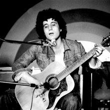 Pino Daniele - Il tempo resterà: il cantante napoletano in un'immagine d'archivio in cui canta sul palco