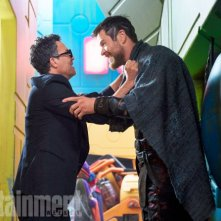 Thor: Ragnarok - Mark Ruffalo e Chris Hemsworth in una foto del film