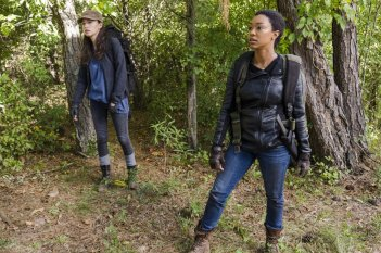 The Walking Dead: le attrici Christian Serratos e Sonequa Martin in The Other Side