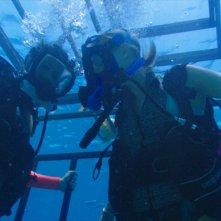 47 metri: Claire Holt e Mandy Moore in un momento del film