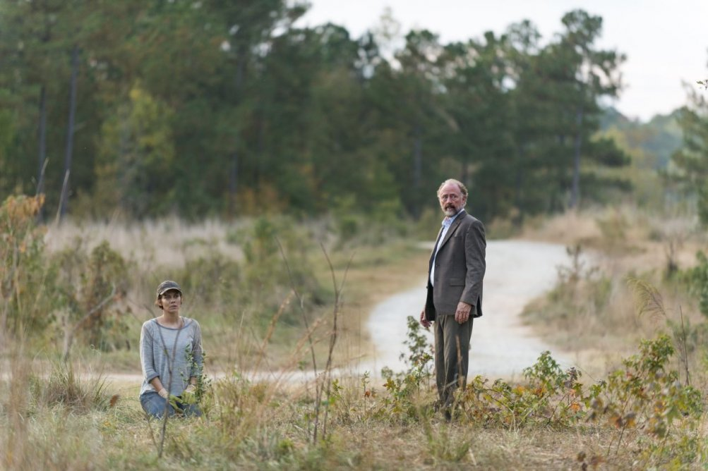 The Walking Dead: Lauren Cohan e Xander Berkeley in una foto dell'episodio Something They Need