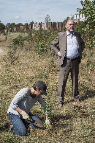 The Walking Dead: Lauren Cohan e Xander Berkeley in Something They Need
