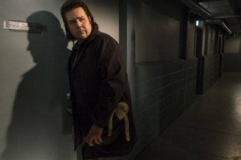 The Walking Dead: Josh McDermitt interpreta Eugene in Something They Need