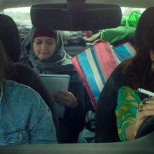 Libere, disobbedienti, innamorate - In Between: un'immagine del film con le protagoniste in macchina