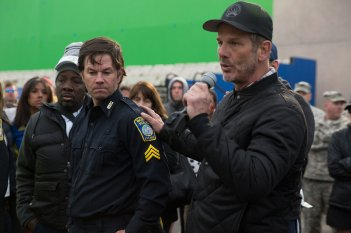Boston - Caccia all'uomo: Mark Wahlberg e Peter Berg in una scena del film