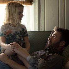 Gifted - Il dono del talento: Mckenna Grace e Chris Evans in una scena del film