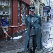 Un sacchetto di biglie: Dorian Le Clech e Batyste Fleurial guardano due nazisti in una scena del film