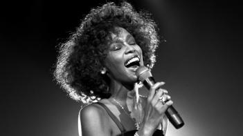 Whitney: un'immagine che ritrae Whitney Houston cantare