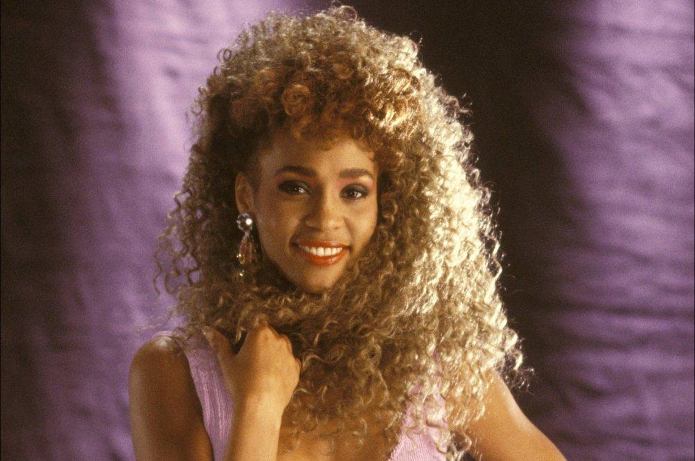 Whitney: un'immagine che ritrae una giovane Whitney Houston