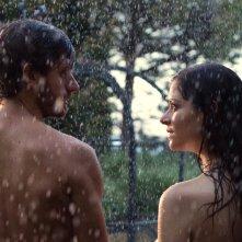 Acqua di marzo: Rossella D'Andrea e Roberto Caccioppoli sotto la pioggia in un momento del film