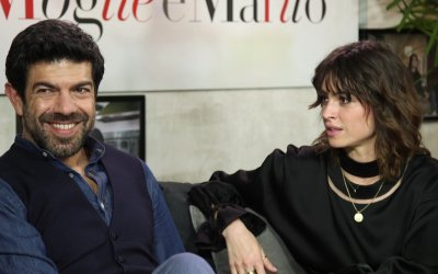 Favino-Smutniak show: le star di Moglie e Marito si scambiano i sessi nella videointervista