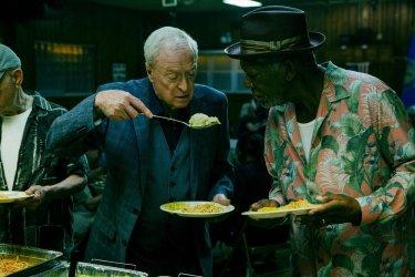 Insospettabili sospetti: Morgan Freeman e Michael Caine in un momento del film