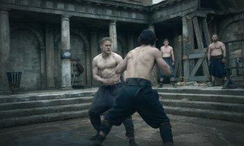 King Arthur: Legend of the Sword - Charlie Hunnam in una scena d'azione
