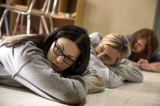 Orange Is The New Black: le attrici Laura Prepon e Taylor Schilling in una foto della quinta stagione