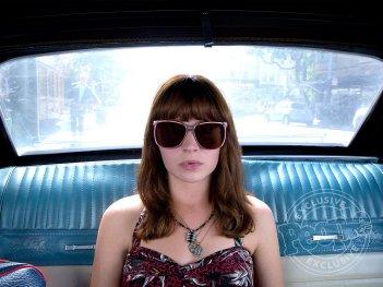 Girl Boss: Britt Robertson in una scena della serie