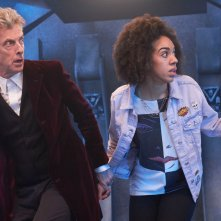 Doctor Who: Il Dottore e la sua nuova companion in una scena dell'episodio The Pilot